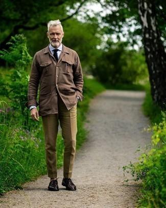 Braune Shirtjacke kombinieren – 211 Herren Outfits: Kombinieren Sie eine braune Shirtjacke mit einer olivgrünen Anzughose für einen stilvollen, eleganten Look. Dunkelbraune Leder Derby Schuhe sind eine großartige Wahl, um dieses Outfit zu vervollständigen.