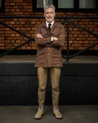 Braune Shirtjacke kombinieren – 211 Herren Outfits: Paaren Sie eine braune Shirtjacke mit einer beige Anzughose, um vor Klasse und Perfektion zu strotzen. Fühlen Sie sich mutig? Wählen Sie eine hellbeige Wildlederfreizeitstiefel.