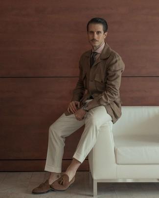 Braune Shirtjacke kombinieren – 211 Herren Outfits: Kombinieren Sie eine braune Shirtjacke mit einer weißen Anzughose für einen stilvollen, eleganten Look. Ergänzen Sie Ihr Look mit braunen Wildleder Slippern mit Quasten.