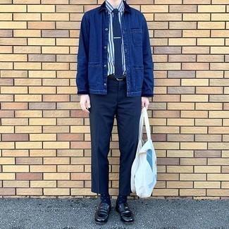 Weiße bedruckte Shopper Tasche aus Segeltuch kombinieren – 78 Herren Outfits: Eine dunkelblaue Shirtjacke aus Jeans und eine weiße bedruckte Shopper Tasche aus Segeltuch sind eine gute Outfit-Formel für Ihre Sammlung. Putzen Sie Ihr Outfit mit schwarzen Leder Slippern.