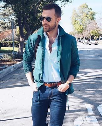 Wie kombinieren: dunkeltürkise Shirtjacke, hellblaues vertikal gestreiftes Businesshemd, dunkelblaue enge Jeans, dunkelbraune Leder Umhängetasche