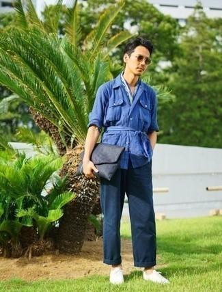 Dunkelblaue Segeltuch Clutch Handtasche kombinieren: trends 2020: Für ein bequemes Couch-Outfit, entscheiden Sie sich für eine blaue Leinen Shirtjacke und eine dunkelblaue Segeltuch Clutch Handtasche. Weiße Segeltuch niedrige Sneakers putzen umgehend selbst den bequemsten Look heraus.