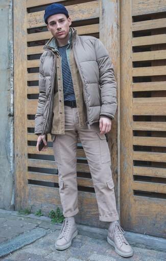 Hellbeige Cargohose kombinieren: trends 2020: Paaren Sie eine beige Shirtjacke mit einer hellbeige Cargohose für ein großartiges Wochenend-Outfit. Suchen Sie nach leichtem Schuhwerk? Komplettieren Sie Ihr Outfit mit hellbeige hohen Sneakers aus Leder für den Tag.