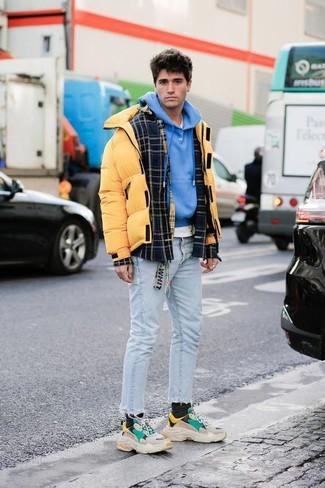Wie kombinieren: schwarze Wollshirtjacke mit Schottenmuster, gelbe Daunenjacke, blauer Pullover mit einem Kapuze, weißes T-Shirt mit einem Rundhalsausschnitt