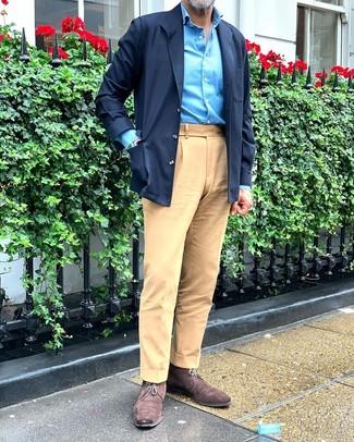 Wie kombinieren: dunkelblaue Shirtjacke, türkises Langarmhemd, beige Chinohose, dunkelbraune Chukka-Stiefel aus Wildleder