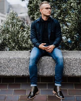 Wie kombinieren: dunkelblaue Shirtjacke, schwarzer Polo Pullover, blaue enge Jeans, schwarze Brogue Stiefel aus Leder