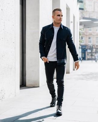 Wie kombinieren: dunkelblaue Shirtjacke, grauer Pullover mit einem Rundhalsausschnitt, schwarze enge Jeans, schwarze Lederfreizeitstiefel