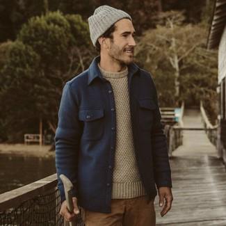 Wie kombinieren: dunkelblaue Wollshirtjacke, hellbeige Pullover mit einem Rundhalsausschnitt, beige Chinohose, graue Mütze