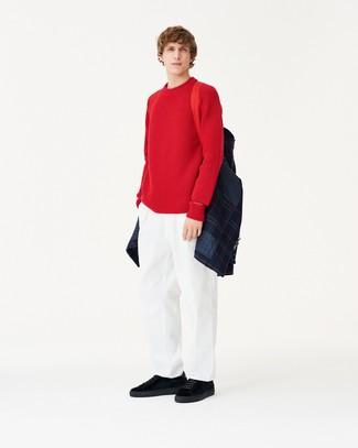 dunkelblaue gesteppte Shirtjacke, roter Pullover mit einem Rundhalsausschnitt, weiße Chinohose, schwarze Wildleder niedrige Sneakers für Herren