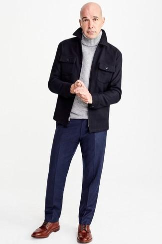 Wie kombinieren: dunkelblaue Wollshirtjacke, grauer Wollrollkragenpullover, dunkelblaue Wollanzughose, braune Brogue Stiefel aus Leder