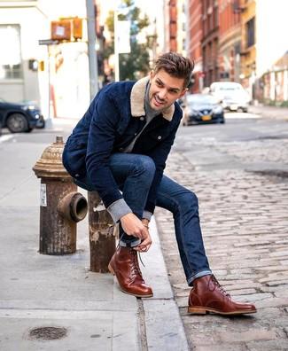 Wie kombinieren: dunkelblaue Shirtjacke aus Cord, grauer Rollkragenpullover, dunkelblaue Jeans, braune Lederfreizeitstiefel