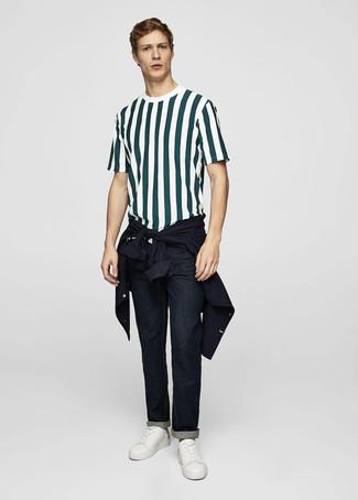 Wie kombinieren: dunkelblaue Shirtjacke, dunkelgrünes vertikal gestreiftes T-Shirt mit einem Rundhalsausschnitt, dunkelblaue Jeans, weiße Leder niedrige Sneakers