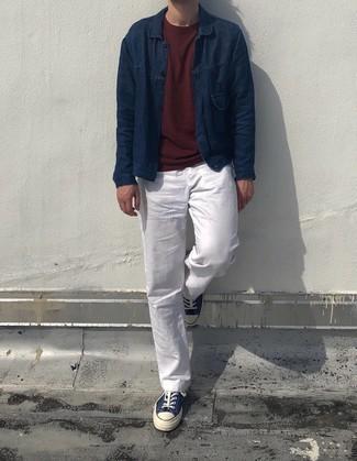 Dunkelrotes T-Shirt mit einem Rundhalsausschnitt kombinieren – 135 Herren Outfits: Kombinieren Sie ein dunkelrotes T-Shirt mit einem Rundhalsausschnitt mit einer weißen Chinohose für ein großartiges Wochenend-Outfit. Dieses Outfit passt hervorragend zusammen mit dunkelblauen und weißen Segeltuch niedrigen Sneakers.