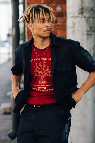 Wie kombinieren: dunkelblaue Shirtjacke, rotes bedrucktes T-Shirt mit einem Rundhalsausschnitt, dunkelblaue Chinohose, schwarzer Ledergürtel