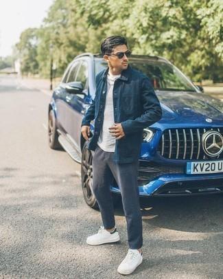 Weiße und schwarze Segeltuch niedrige Sneakers kombinieren – 500+ Herren Outfits: Vereinigen Sie eine dunkelblaue Shirtjacke mit einer dunkelgrauen Wollchinohose, wenn Sie einen gepflegten und stylischen Look wollen. Suchen Sie nach leichtem Schuhwerk? Ergänzen Sie Ihr Outfit mit weißen und schwarzen Segeltuch niedrigen Sneakers für den Tag.