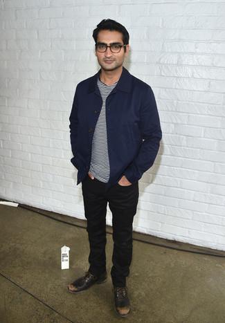 Wie kombinieren: dunkelblaue Shirtjacke, weißes und schwarzes horizontal gestreiftes T-Shirt mit einem Rundhalsausschnitt, schwarze Jeans, dunkelbraune Leder Derby Schuhe