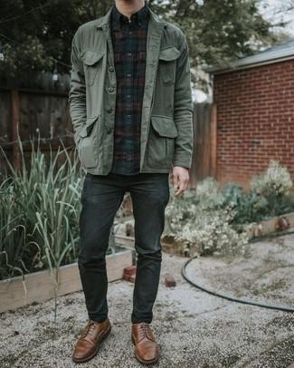 Herren Outfits & Modetrends 2020 für warm Wetter: Kombinieren Sie eine dunkelgrüne Shirtjacke mit dunkelgrauen Jeans für ein großartiges Wochenend-Outfit. Braune Leder Derby Schuhe bringen Eleganz zu einem ansonsten schlichten Look.