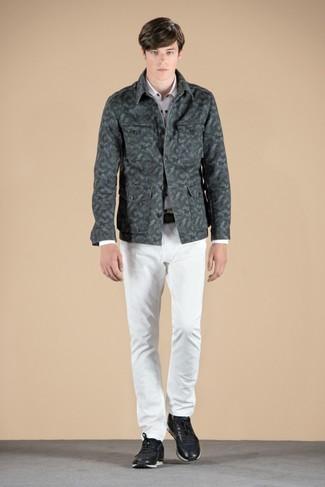 Wie olivgrüne Camouflage Shirtjacke mit schwarzer Turnschuhe zu kombinieren – 12 Casual Herren Outfits: Kombinieren Sie eine olivgrüne Camouflage Shirtjacke mit weißen Jeans für ein großartiges Wochenend-Outfit. Wenn Sie nicht durch und durch formal auftreten möchten, entscheiden Sie sich für schwarzen Turnschuhe.