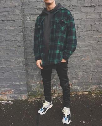 Wie kombinieren: dunkelgrüne Shirtjacke mit Schottenmuster, dunkelgrauer Pullover mit einem Kapuze, schwarze enge Jeans, graue Sportschuhe