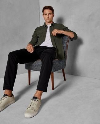 Hellbeige niedrige Sneakers kombinieren: trends 2020: Entscheiden Sie sich für eine dunkelgrüne Shirtjacke und eine schwarze Chinohose, um einen eleganten, aber nicht zu festlichen Look zu kreieren. Bringen Sie die Dinge durcheinander, indem Sie hellbeige niedrige Sneakers mit diesem Outfit tragen.