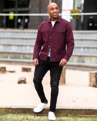Schwarze enge Jeans mit Destroyed-Effekten kombinieren – 433 Herren Outfits: Eine dunkelrote Shirtjacke und schwarze enge Jeans mit Destroyed-Effekten sind eine perfekte Wochenend-Kombination. Fügen Sie weißen und schwarzen Leder niedrige Sneakers für ein unmittelbares Style-Upgrade zu Ihrem Look hinzu.