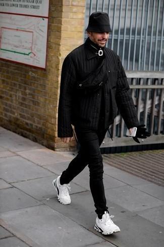 Schwarze gesteppte Shirtjacke kombinieren – 12 Herren Outfits: Paaren Sie eine schwarze gesteppte Shirtjacke mit schwarzen engen Jeans für ein sonntägliches Mittagessen mit Freunden. Suchen Sie nach leichtem Schuhwerk? Komplettieren Sie Ihr Outfit mit weißen und schwarzen Sportschuhen für den Tag.