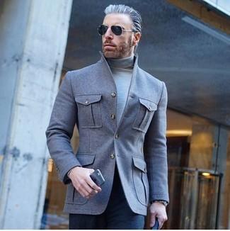 Wie kombinieren: graue Wollshirtjacke, grauer Rollkragenpullover, dunkelblaue Anzughose, schwarze Sonnenbrille