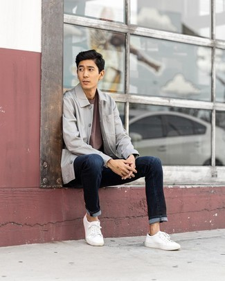 Graue Shirtjacke kombinieren – 243 Herren Outfits: Paaren Sie eine graue Shirtjacke mit dunkelblauen Jeans, um einen lockeren, aber dennoch stylischen Look zu erhalten. Fühlen Sie sich mutig? Entscheiden Sie sich für weißen Segeltuch niedrige Sneakers.
