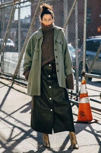 Wie kombinieren: grüne Wollshirtjacke, dunkelgrauer Strick Wollrollkragenpullover, schwarzer Lederrock mit knöpfen, braune Leder Stiefeletten mit Schlangenmuster