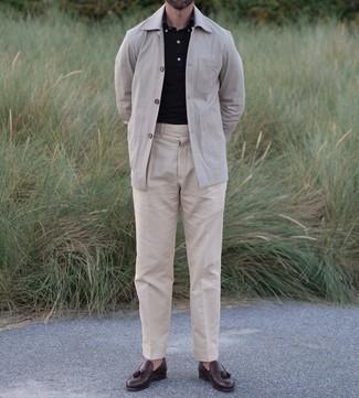 Smart-Casual Outfits Herren 2021: Vereinigen Sie eine hellbeige Shirtjacke mit einer hellbeige Anzughose für einen stilvollen, eleganten Look. Dunkelbraune Leder Slipper mit Quasten fügen sich nahtlos in einer Vielzahl von Outfits ein.