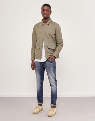 Wie kombinieren: hellbeige Shirtjacke, weißes T-Shirt mit einem Rundhalsausschnitt, dunkelblaue Jeans, hellbeige Wildleder Bootsschuhe