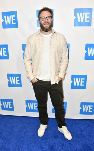 Wie kombinieren: hellbeige Shirtjacke, weißes T-Shirt mit einem Rundhalsausschnitt, dunkelbraune Jeans, weiße Leder niedrige Sneakers