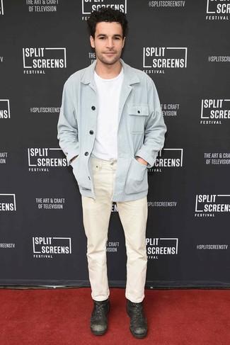 Wie kombinieren: hellblaue Shirtjacke, weißes T-Shirt mit einem Rundhalsausschnitt, hellbeige Jeans, dunkelbraune Lederfreizeitstiefel