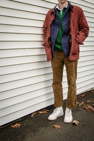 Herbst Outfits Herren 2020: Stechen Sie unter anderen modebewussten Menschen hervor mit einer dunkelblauen Shirtjacke und einer beige Cord Chinohose. Wenn Sie nicht durch und durch formal auftreten möchten, vervollständigen Sie Ihr Outfit mit weißen Leder niedrigen Sneakers. Dieses Outfit eignet sich hervorragend für den Herbst.
