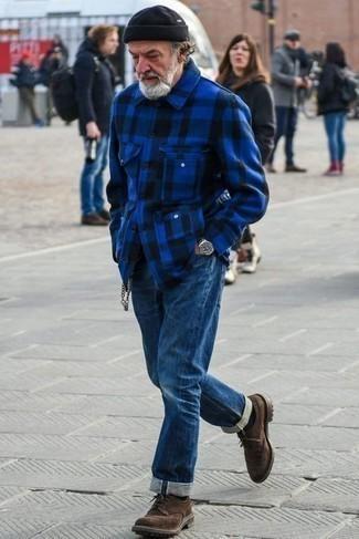 60 Jährige: Smart-Casual Outfits Herren 2021: Kombinieren Sie eine blaue Flanell Shirtjacke mit Schottenmuster mit dunkelblauen Jeans, um einen lockeren, aber dennoch stylischen Look zu erhalten. Ergänzen Sie Ihr Outfit mit dunkelbraunen Wildleder Brogues, um Ihr Modebewusstsein zu zeigen.