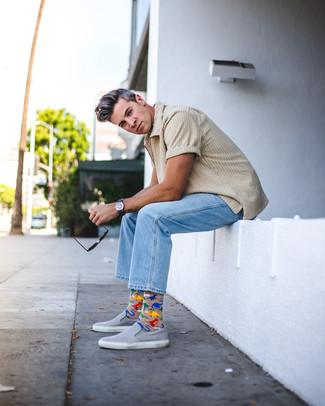 Wie kombinieren: hellbeige Shirtjacke aus Cord, hellblaue Jeans, graue Slip-On Sneakers aus Leder, dunkelblaue Segeltuchuhr