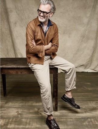 Dunkelblaues Jeanshemd kombinieren: trends 2020: Die Vielseitigkeit von einem dunkelblauen Jeanshemd und einer beige Chinohose machen sie zu einer lohnenswerten Investition. Machen Sie Ihr Outfit mit dunkelbraunen Leder Brogues eleganter.