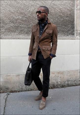 Dunkelblaues Jeanshemd kombinieren: trends 2020: Tragen Sie ein dunkelblaues Jeanshemd und eine dunkelblaue Chinohose, um mühelos alles zu meistern, was auch immer der Tag bringen mag. Braune Wildleder Slipper bringen Eleganz zu einem ansonsten schlichten Look.