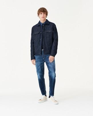 dunkelblaue gesteppte Shirtjacke, blaues Jeanshemd, dunkelblaue Jeans, hellbeige Leder niedrige Sneakers für Herren