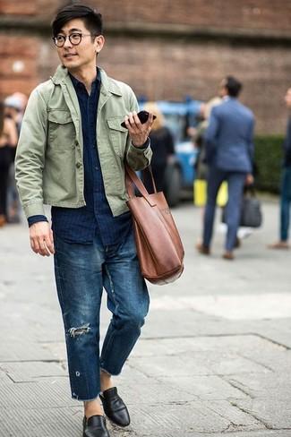 Wie kombinieren: olivgrüne Shirtjacke, dunkelblaues vertikal gestreiftes Jeanshemd, dunkelblaue Jeans mit Destroyed-Effekten, schwarze Leder Slipper