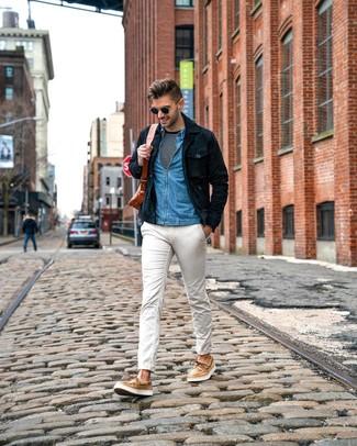 Wie kombinieren: dunkelblaue Shirtjacke aus Wildleder, blaues Jeanshemd, schwarzes und weißes horizontal gestreiftes Langarmshirt, weiße Chinohose