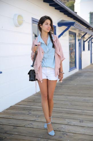 Juwelen kombinieren: trends 2020: Um einen unkompliziertfen und lockeren City-Look zu kreieren, probieren Sie diese Kombi aus einer rosa Shirtjacke und Juwelen. Hellblaue Wildleder Sandaletten sind eine perfekte Wahl, um dieses Outfit zu vervollständigen.
