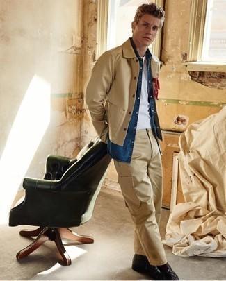 Blaues Jeanshemd kombinieren: Kombinieren Sie ein blaues Jeanshemd mit einer beige Cargohose, um mühelos alles zu meistern, was auch immer der Tag bringen mag. Putzen Sie Ihr Outfit mit einer schwarzen Lederfreizeitstiefeln.