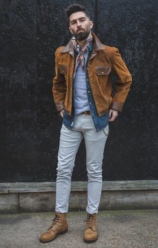 Dunkelblaues Jeanshemd kombinieren: trends 2020: Entscheiden Sie sich für ein dunkelblaues Jeanshemd und weißen Jeans für einen bequemen Alltags-Look. Entscheiden Sie sich für eine beige Lederfreizeitstiefel, um Ihr Modebewusstsein zu zeigen.