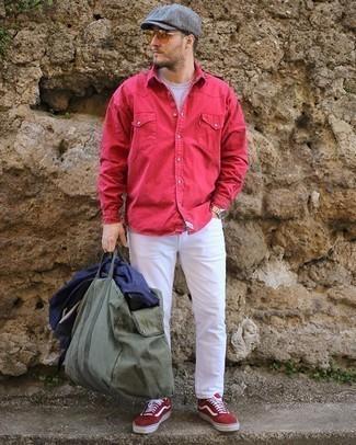 Olivgrüne Segeltuch Reisetasche kombinieren – 15 Herren Outfits: Eine dunkelblaue Shirtjacke und eine olivgrüne Segeltuch Reisetasche sind eine ideale Outfit-Formel für Ihre Sammlung. Fühlen Sie sich ideenreich? Komplettieren Sie Ihr Outfit mit roten und weißen Wildleder niedrigen Sneakers.