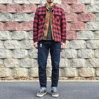 Wie kombinieren: rote und schwarze Shirtjacke mit Karomuster, beige Jeansjacke, dunkelgraues horizontal gestreiftes T-Shirt mit einem Rundhalsausschnitt, dunkelblaue Jeans