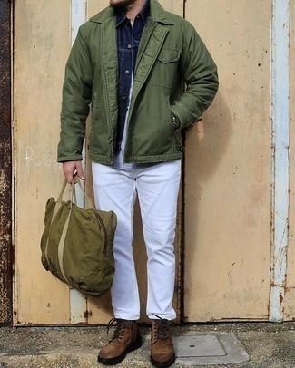 Smart-Casual Outfits Herren 2020: Kombinieren Sie eine olivgrüne Shirtjacke mit weißen Jeans für ein sonntägliches Mittagessen mit Freunden. Eine braune Wildlederfreizeitstiefel sind eine perfekte Wahl, um dieses Outfit zu vervollständigen.