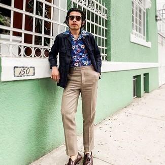 Herren Outfits 2020: Tragen Sie eine dunkelblaue Leinen Shirtjacke und eine beige Anzughose für eine klassischen und verfeinerte Silhouette. Braune Leder Slipper mit Quasten sind eine perfekte Wahl, um dieses Outfit zu vervollständigen.