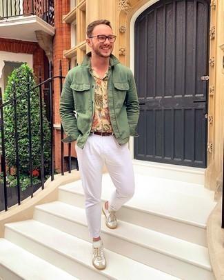 Weiße Leder niedrige Sneakers kombinieren – 500+ Herren Outfits warm Wetter: Kombinieren Sie eine olivgrüne Shirtjacke mit einer weißen Chinohose für Drinks nach der Arbeit. Fühlen Sie sich ideenreich? Wählen Sie weißen Leder niedrige Sneakers.