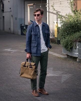 Braune Leder Derby Schuhe kombinieren – 500+ Herren Outfits: Kombinieren Sie eine dunkelblaue Shirtjacke mit einer dunkelgrünen Chinohose für Ihren Bürojob. Fühlen Sie sich mutig? Komplettieren Sie Ihr Outfit mit braunen Leder Derby Schuhen.